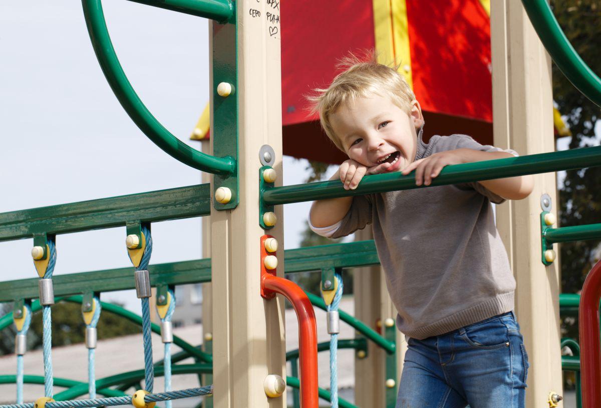 Ein Kind auf einem Spielturm
