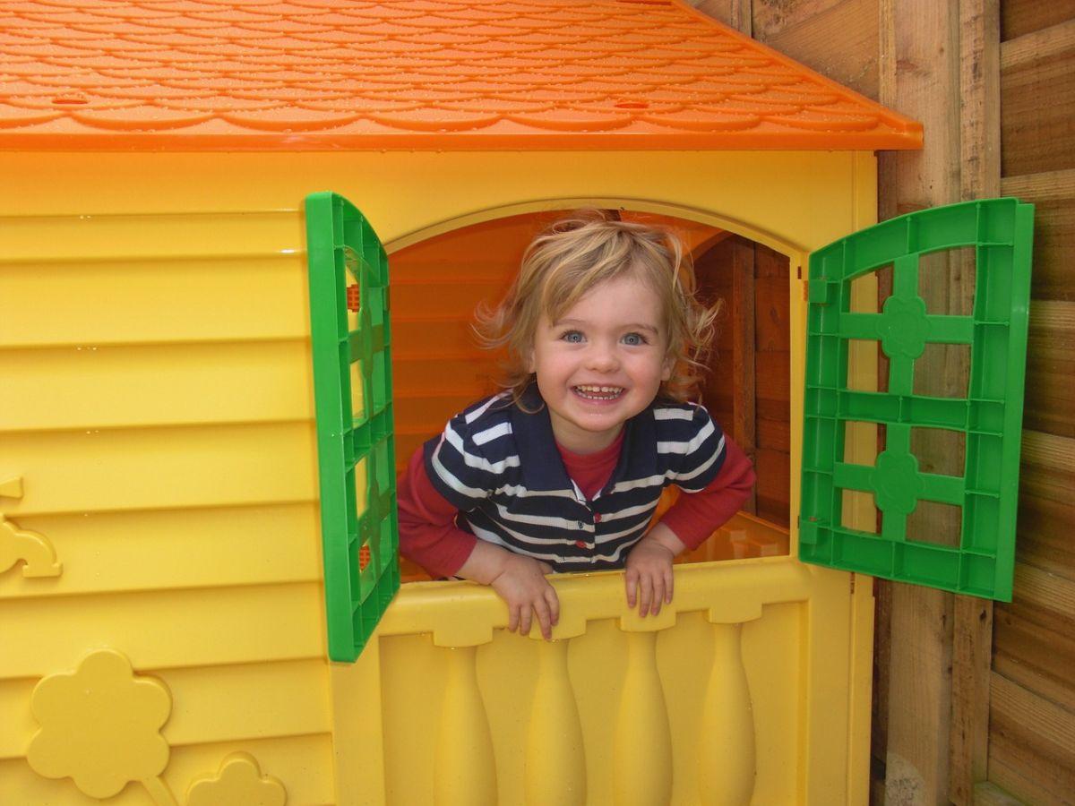 Kind schaut aus Spielhaus
