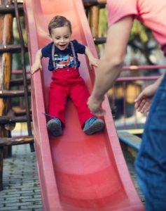 Kind rutscht auf Kinderrutsche