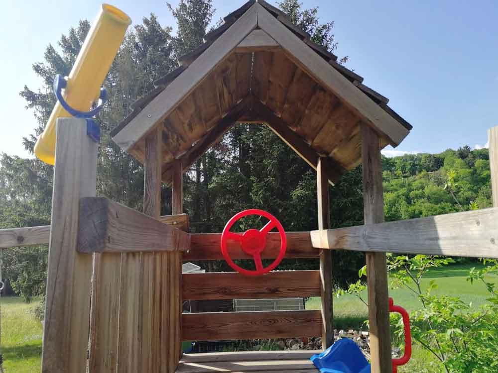 Der richtige Untergrund bei einem Spielturm für Kinder im