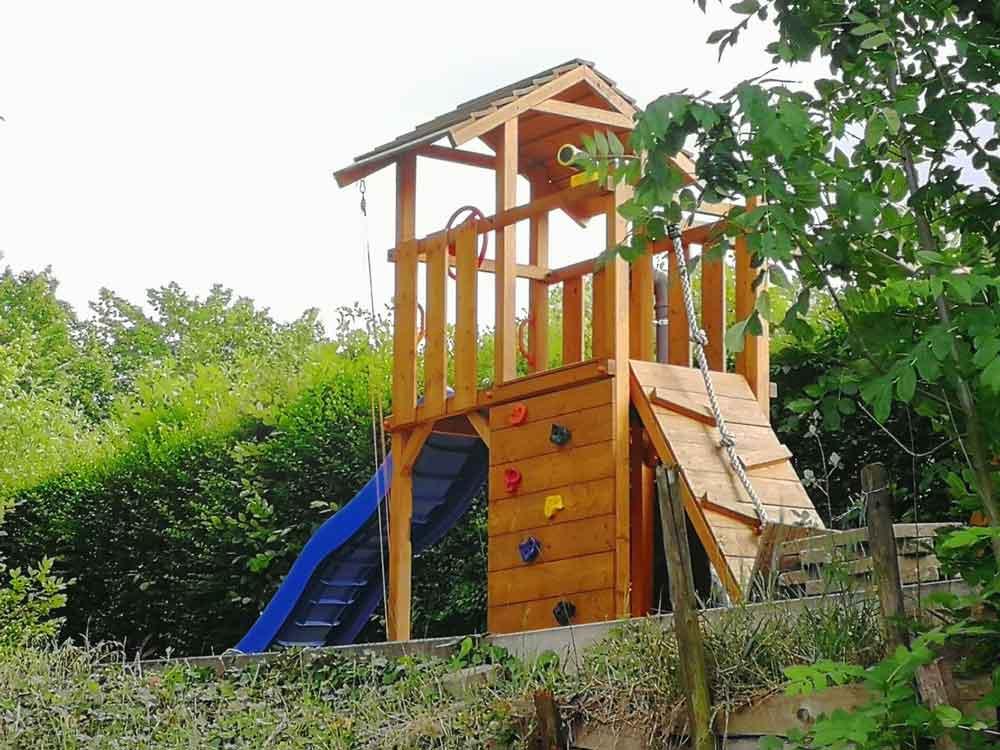 Spielturm aus Holz im Garten